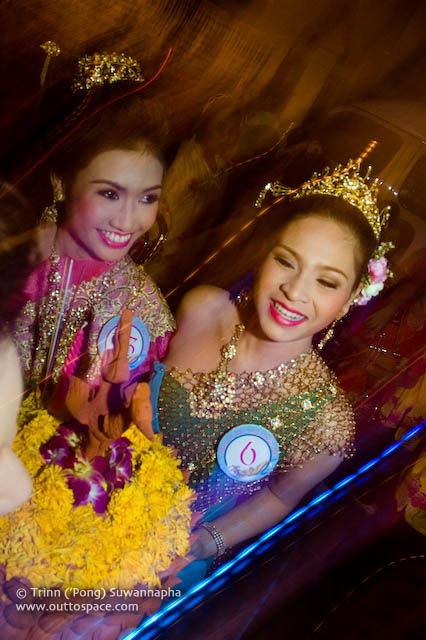Nang Nophamas beauty contestants and their krathongs