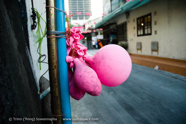 After the Party – shrunken decorations in Soi Rang Nam