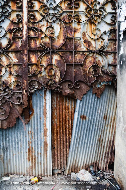 Rusty Guard – Thai-style decorated gate in Soi Phipat