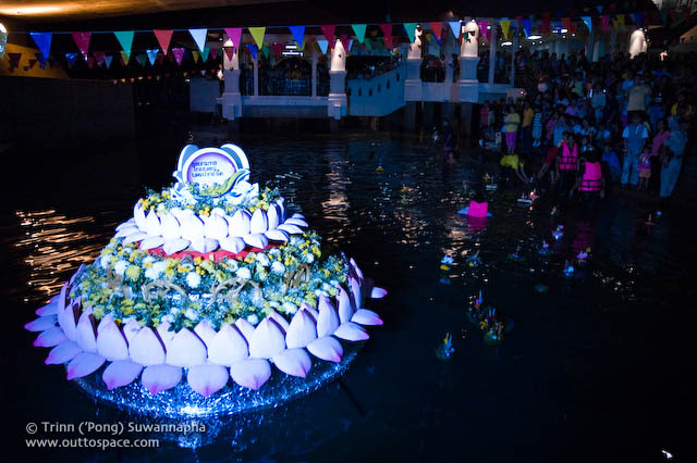 The hi-light krathong of Pak Kred community floated