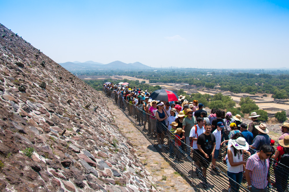 Queue on Pyramid of the Sun